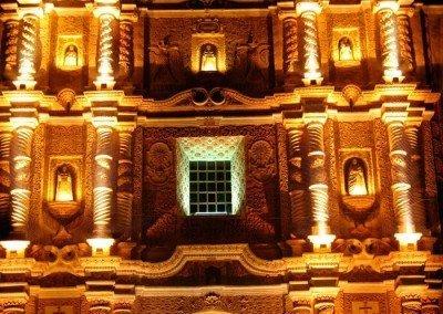 Fachada iluminada de la Iglesia de Santo Domingo