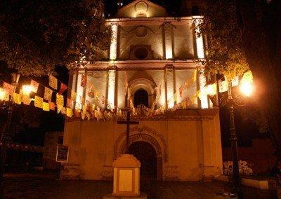 Fachada iluminada iglesia de San francisco